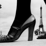 Scarpe su sfondo Eiffel – Frank Horvat