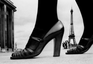 Scarpe su sfondo Eiffel - Frank Horvat