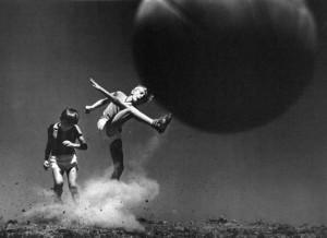 Bambini con pallone - Pedro Luis Raota