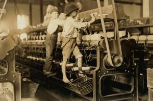 Bambini al lavoro sulla pressa meccanica - Lewis Wickes Hine