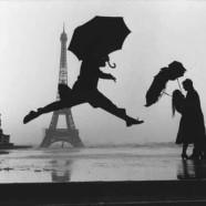 Salto con ombrello con tour Eiffel sullo sfondo – Marc Riboud