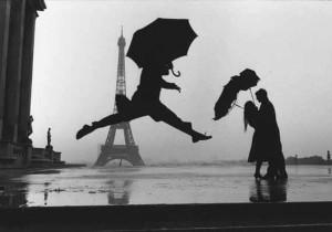 Salto con ombrello con tour Eiffel sullo sfondo - Marc Riboud