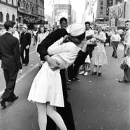 Marinaio che bacia donna per strada – Alfred Eisenstaedt