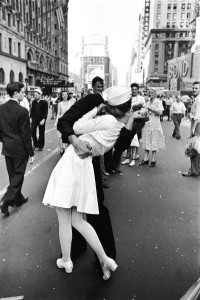 Marinaio che bacia donna per strada - Alfred Eisenstaedt