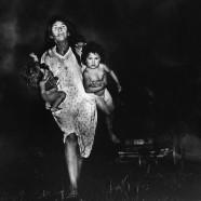 Donna con bimbi in braccio – Pedro Luis Raota
