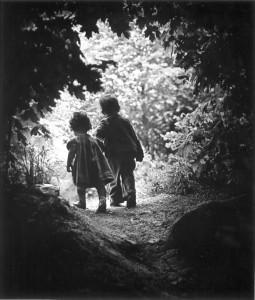 Bimbi che escono dal bosco - Eugene W. Smith