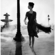 Modella che passeggia nel fumo – William Klein