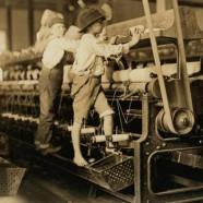 Bambini al lavoro sulla pressa meccanica – Lewis Wickes Hine (USA 1874 – 1940)