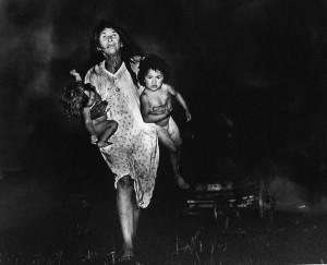 Donna con bimbi in braccio - Pedro Luis Raota