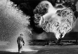 Uomo in mezzo al fuoco ed acqua - Sebastião Salgado