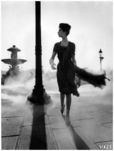 Modella che passeggia nel fumo - William Klein