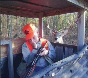 Foto di un cervo che guarda dormire il cacciatore